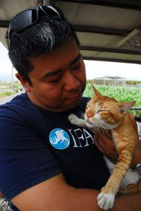 IFAW ER responder Jackson Zee with rescued Cat
